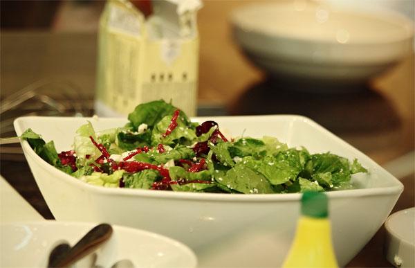 Зеленый салат с грушей и тофу с медово - лаймовой заправкой